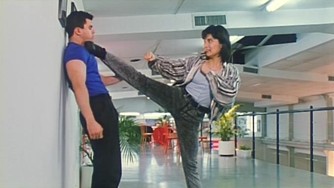 Una actriz marcial estrangulando a un tipejo contra la pared... con el pie.