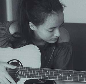 Mawar Eva De Jongh Membawa Gitar