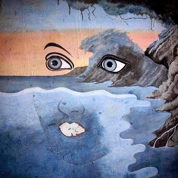 Viendo las burbujas formando un firmamento de estrellas alrededor del gran pez comprendo que el animal, el mar y yo somos Uno, porque aunque parezcamos diferentes y separados la vida que hay dentro de nosotros nos conecta y hace que seamos iguales.