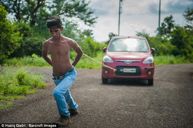 Photos: Teenager whose shoulders are so strong that he can pull two cars with his back