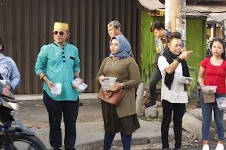 Daenk Jamal Dan Istri Turun Kejalan Meruya Ilir Bagikan Takjil
