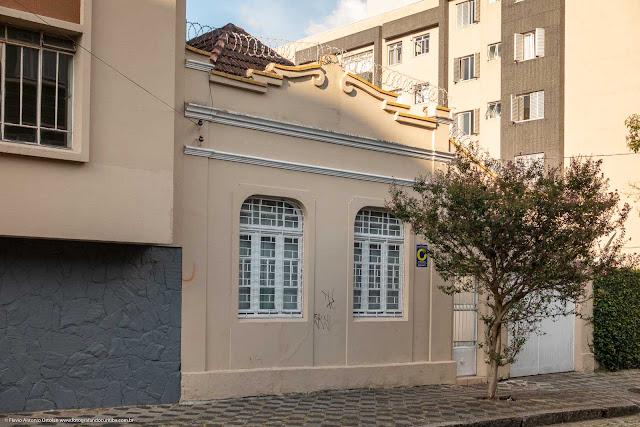 Casa de madeira com fachada em alvenaria na Rua Paula Gomes