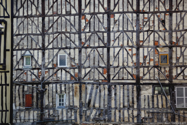 aliciasivert, alicia sivertsson, france, normandy, frankrike, normandie, elbeuf, house, hus, byggnad, building, fasad, fasade, wall, vägg