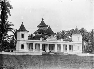 Foto Masjid Agung Manonjaya tempo dulu. Foto : Tropen Museum.. http://commons.wikimedia.org/wiki/File:COLLECTIE_TROPENMUSEUM_Moskee_in_Manondjaja_TMnr_10016652.jpg