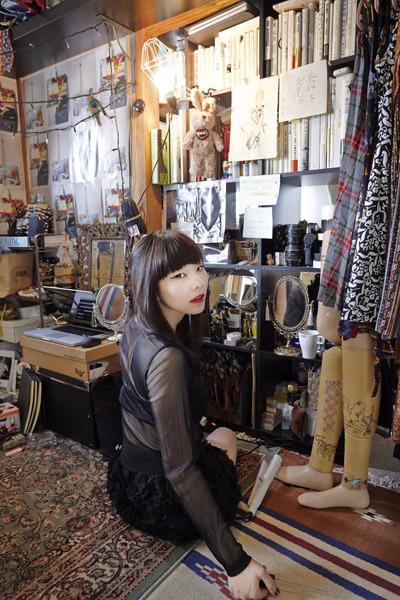 Autoportrait de Mari Katayama dans sa chambre