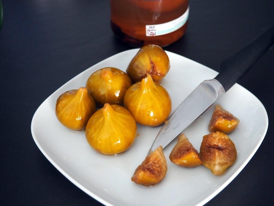 Higos macerados en un almíbar aromatizado con vainilla, canela, anís estrellado, clavo, piel de naranja y licor de nueces