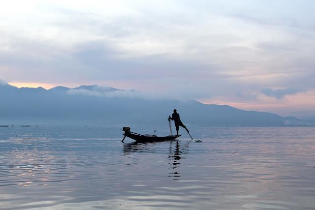 Lever du soleil avec les pâcheurs - lac Inlé - Birmanie
