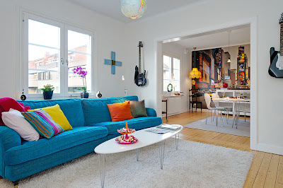 hermosa sala blanca con sof azul con comedor blanco