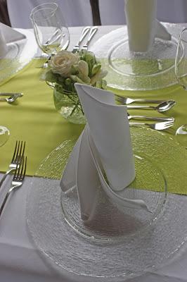 Servietten gedrehter Tafelspitz Hochzeit in Grün und Weiß im Riessersee Hotel Garmisch-Partenkirchen Bayern, Regenhochzeit im Sommer, Wedding Bavaria - wedding green white