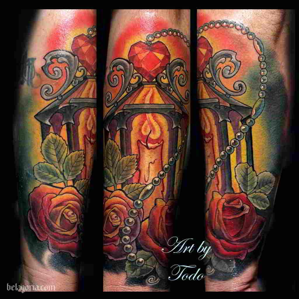 Precioso tatuaje de farol antiguo con rosas rojas y un rosario