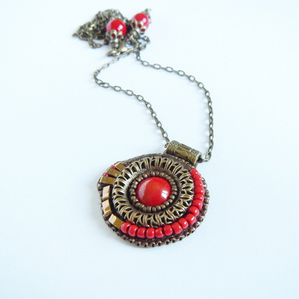 Naszyjnik wykonany haftem koralikowym