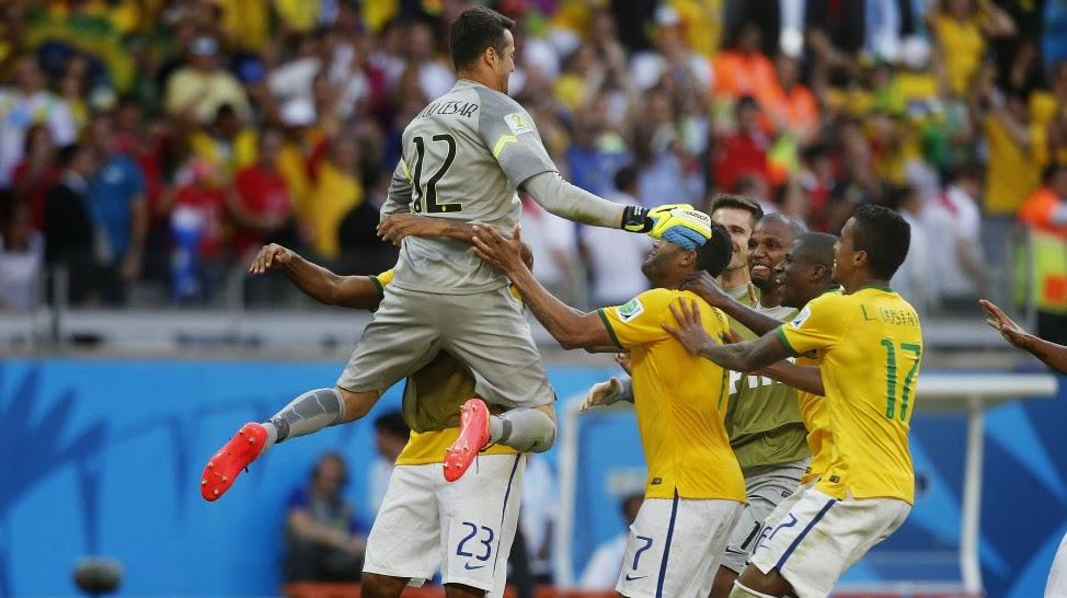 ebe844c104 O goleiro Júlio Cesar salvou a seleção Brasileira de uma eliminação precoce  na Copa do Mundo diante do Chile no Mineirão. Júlio Cesar evitou a derrota  do ...