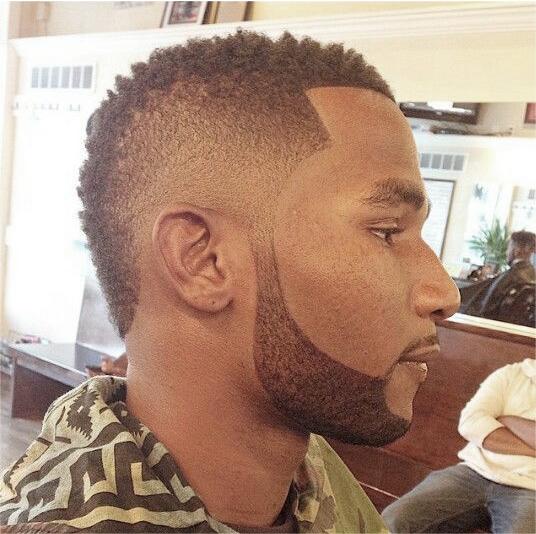 Fauxhawk corte de cabelo crespo