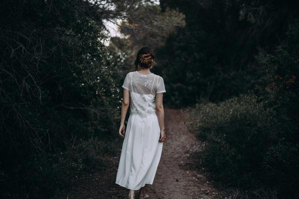 La novia camina de espaldas
