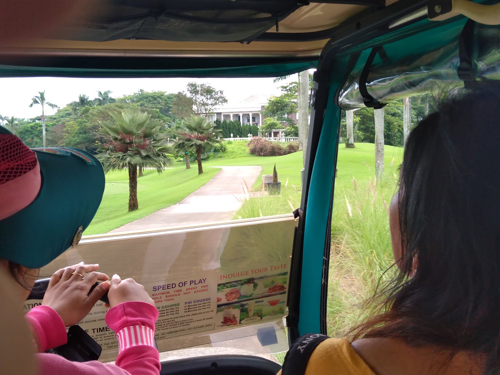 Lapangan Golf, Keliling Lapangan Golf, Mobil Golf Nyaman, Caddy Golf
