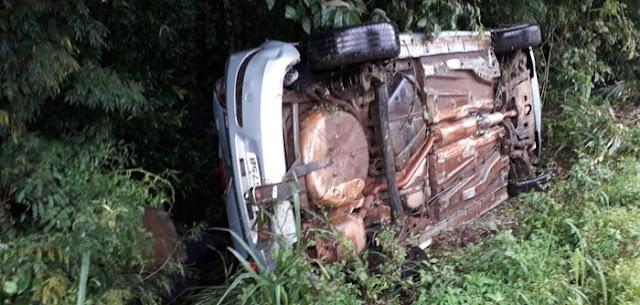 Motorista perde controle e capota veículo na 487