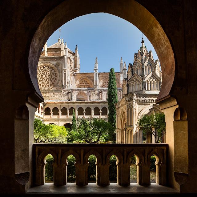 Arco túmido, templete y nave gótico-mudejar :: HDR 3 x Canon EOS5D MkIII | ISO100 | Canon 17-40@19mm | f/10 | 1/200, 1/50, 1/13 (handheld)