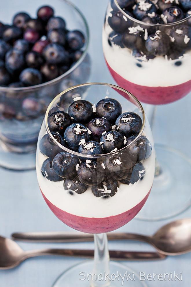 deser z jogurtu i borówek