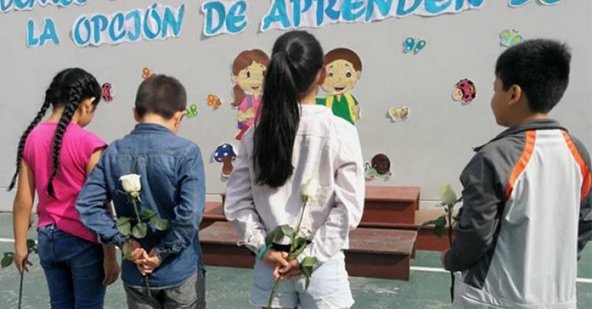 COLEGIO TRILCE: Con rosas blancas en las manos, estudiantes reanudan clases tras tragedia