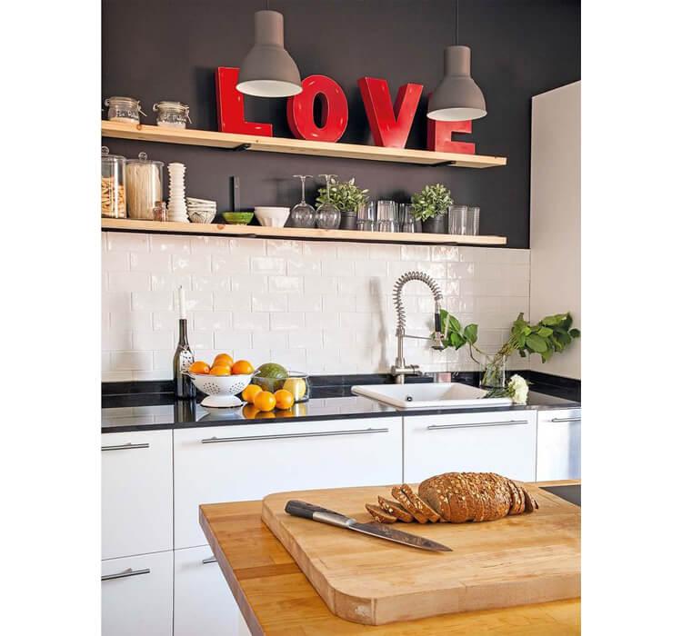 cucina con parete in antracite