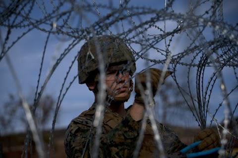 Több százan próbálták átlépni az amerikai határt, lezárták a tijuanai határátkelőt
