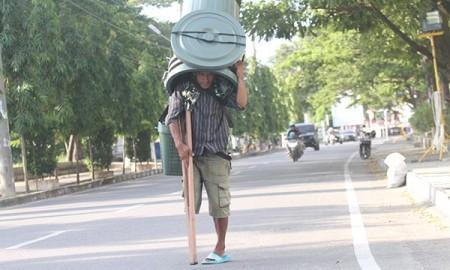 Taufik warga Madina yang jualan ember di Aceh.