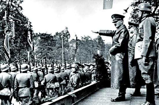Adolf Hitler revisa las tropas alemanas en Viena, 1938.