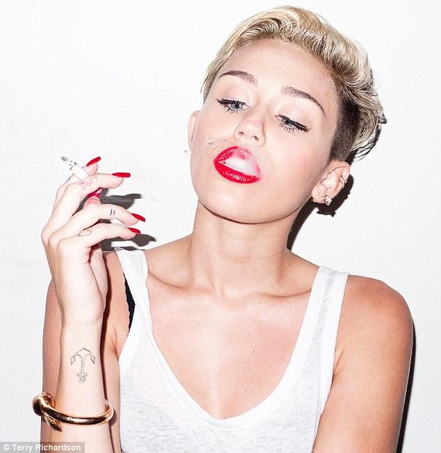 foto de Miley Cyrus con tatuajes caseros