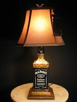 lamparas con una botella de vidrio de jack daniels reciclada