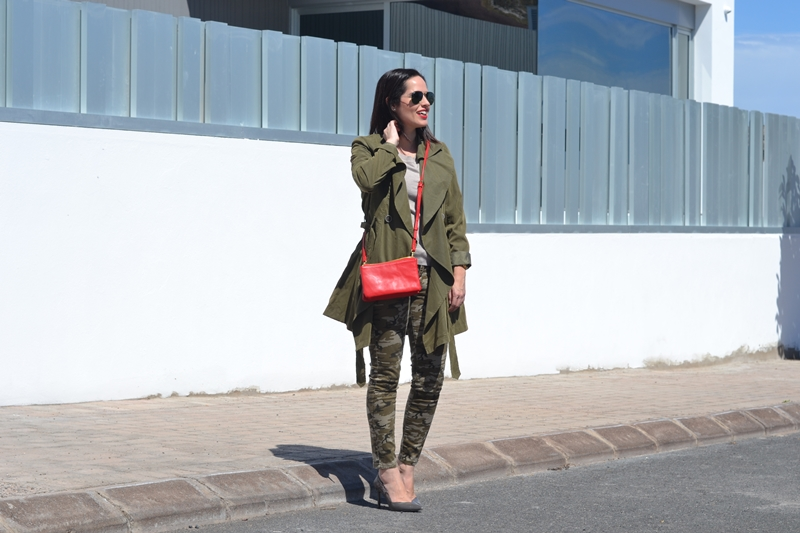 trench-camo-jeans-khaki-outfit-street-style