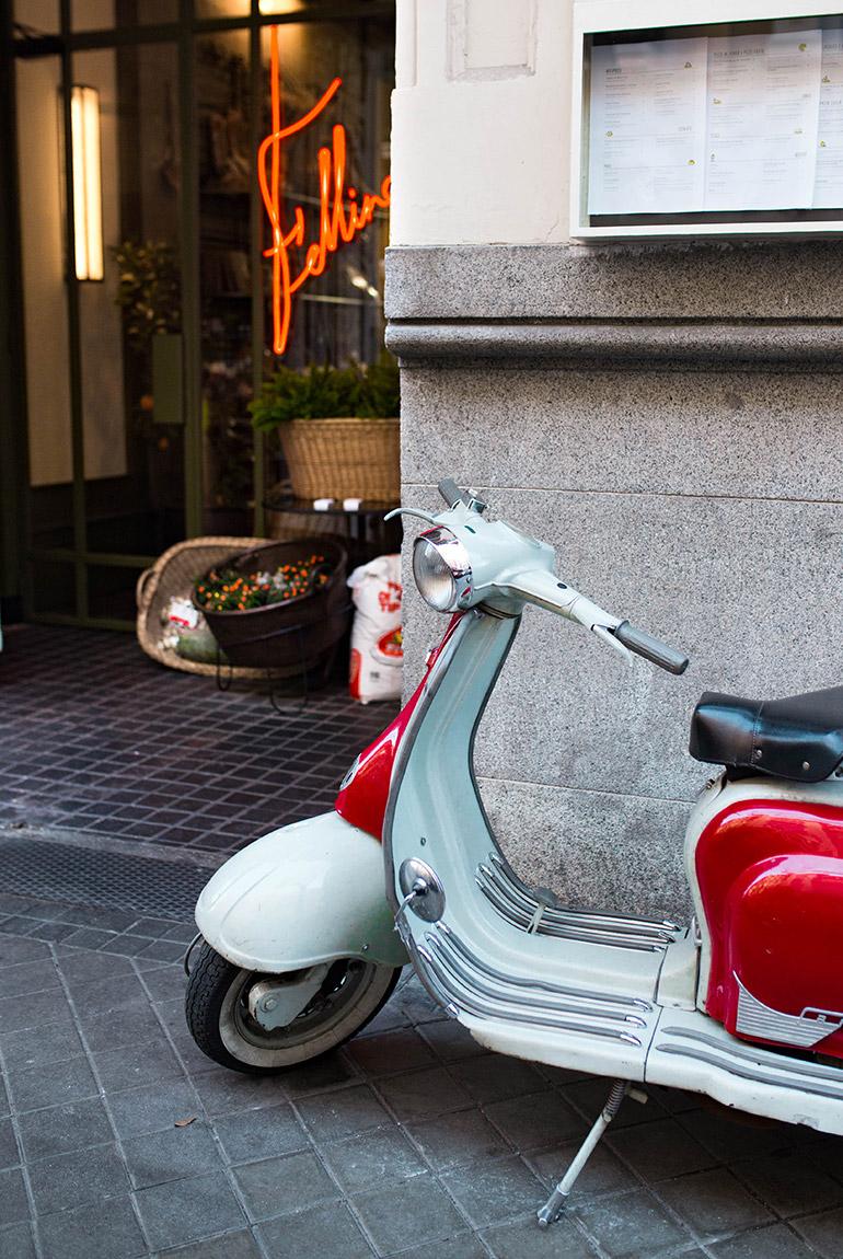 restaurante-fellina-cocina-italiana-entrada-letrero-luminoso-vespa-clasica