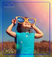 uśmiech Dziecka bezcenny wpatrzenie w słońce