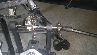detalle de los dos tornillos de la barra de transmisión