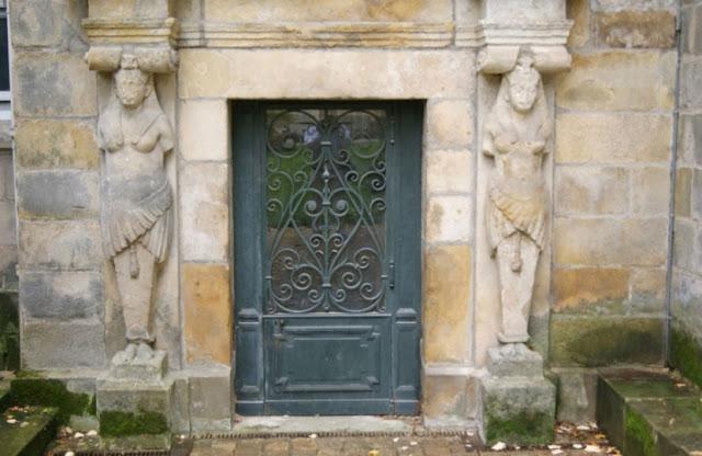 Une porte du château de Fontainebleau.