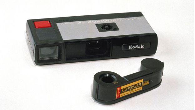 Kodak está tratando de reinventarse. Es una cámara con celular incorporado.