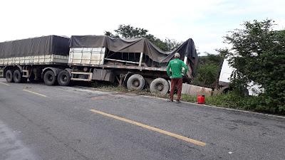 Caminhão bitrem sai da pista na BA-130, entre Mairi e Várzea da Roça