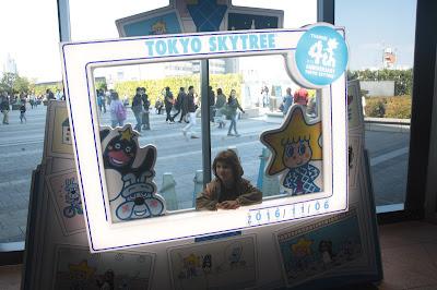 Paula con un marco del Tokyo SkyTree