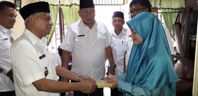 Wakil Bupati Asahan Surya memberikan ONH dan Penali Asih pada Istiqomah.