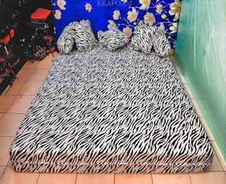 Sofa bed inoac motif Zebra saat difungsikan sebagai kasur inoac