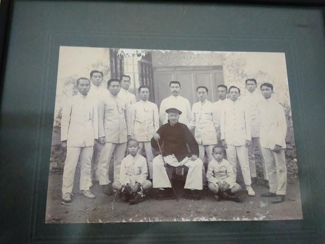 foto Louw Djing Tie bersama Murid-muridnya