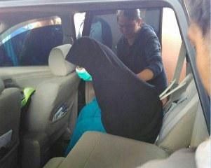 Ramai beredar di media sosial foto dan KTP milik DYN saat ditangkap DYN mengenakan hijab besar berwarna hitam, masker dan baju panjang biru muda, dari KTP yang beredar tersangka DYN lahir di Cirebon 4 Juli 1989