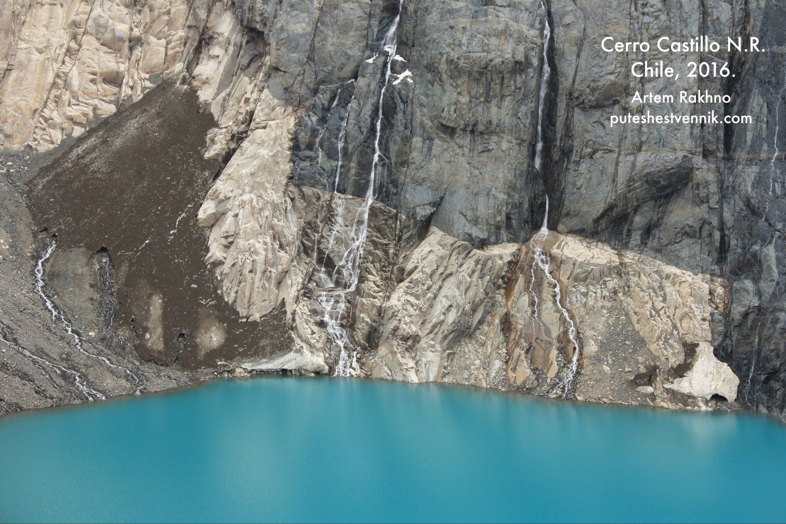 Вода падает в лагуну Серро-Кастильо