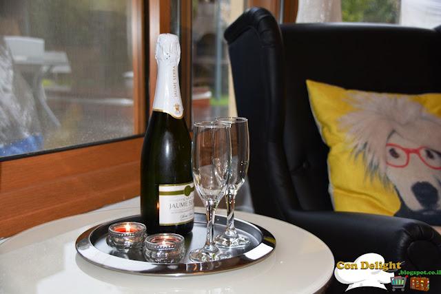 שמפניה וכוסות Champagne with glasses