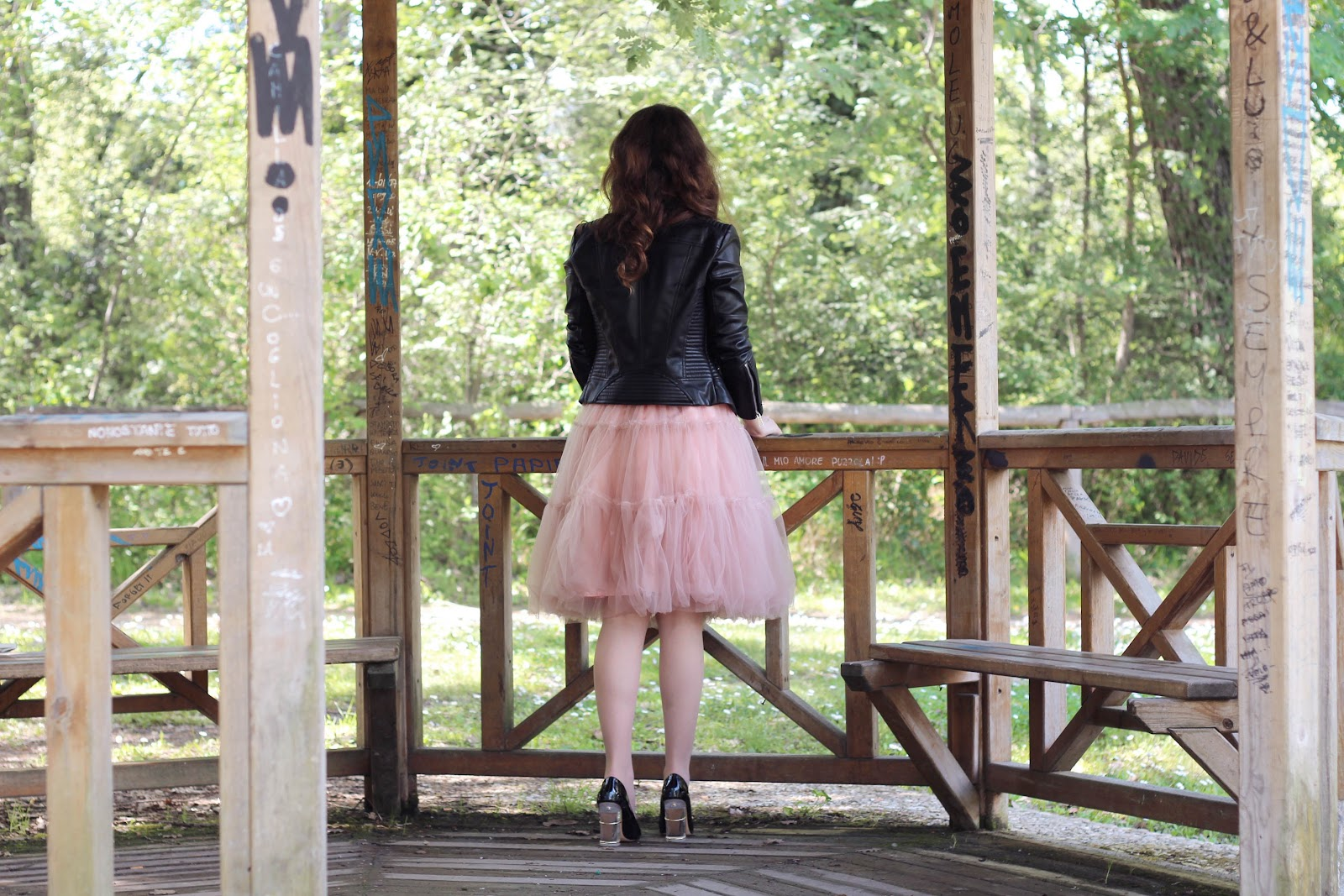 fashion style blogger italian girl italy ootd outfit vogue glamour pescara tulle skirt gonna rosa pink chic wish collana charme bijoux necklace zara heels shoes scarpe tacchi bag borsa jacket leather giacca chiodo pelle look rock chic