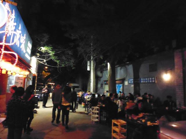 Zona de bares y barbacoas en el hutong (Beijing)