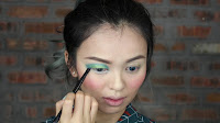 Sparkling Green New Year's Eve make up -Now apply revolt to the lower lash line.