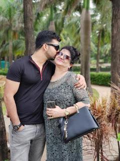 Foto Manit Joura dengan Ibunya