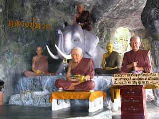 Firguren im Tempel am Berg bei Khao Tao