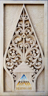 Ukiran kayon /Gunungan dibuat dari batu alam paras jogja atau batu putih