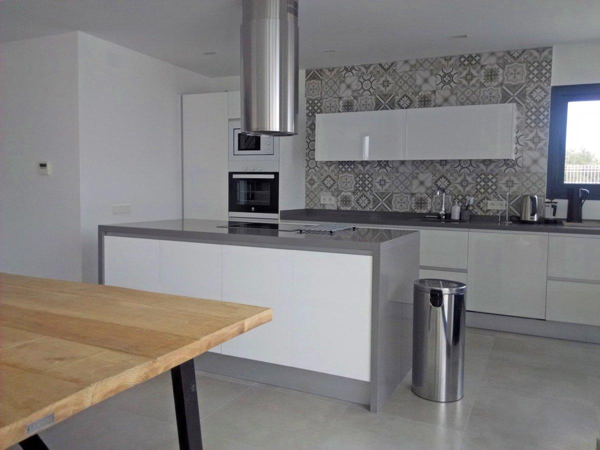 Una pared de azulejos elemento clave para decorar la for Cocinas modernas en gris y blanco